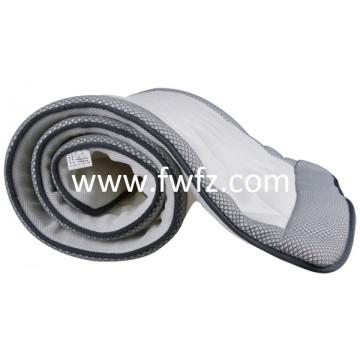 La colchoneta ventilable y lavable de tela de malla gris en el salón