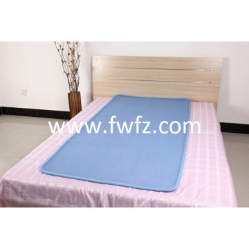 El cubrecolchón de tela de malla ventilable y lavable